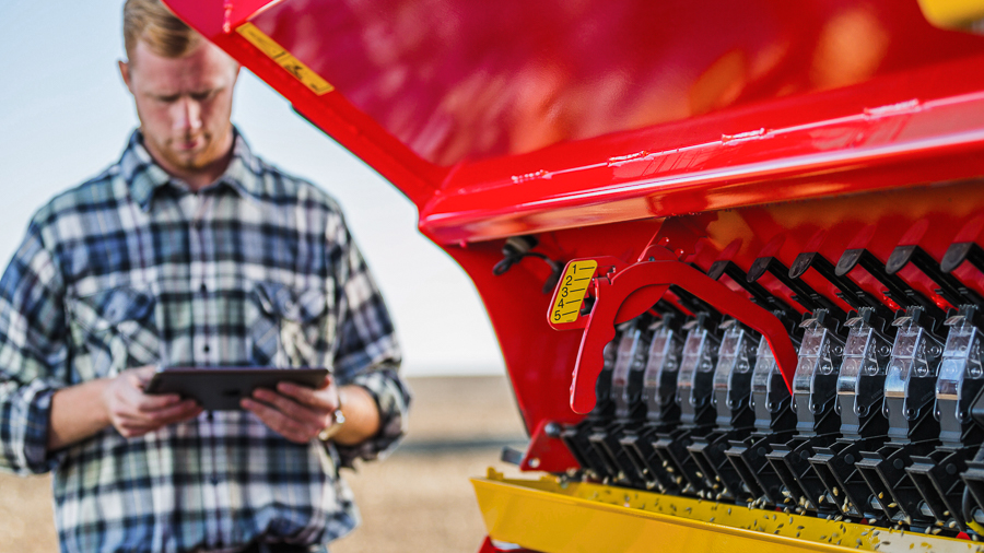 Väderstad Rapid driver alongside adjusting seedingrate with iPad
